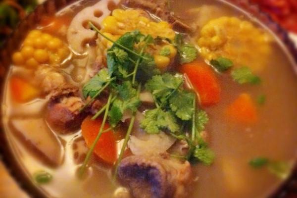 杂蔬龙骨汤的做法