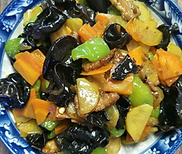青椒土豆片胡萝卜木耳炒肉的做法