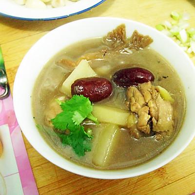 土豆蘑菇炖鸡肉滋补汤...貌似是下奶的汤吧 :》