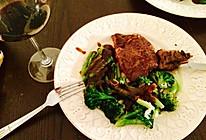 肉眼牛排配芦笋西兰花佐黑椒汁的做法