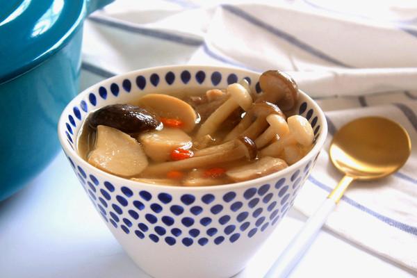鲜菌牛骨汤的做法