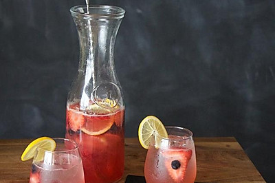 浆果玫瑰桑格利亚汽酒