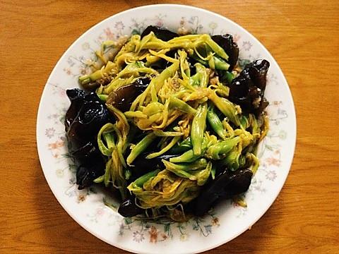 夏日凉拌黄花菜的做法