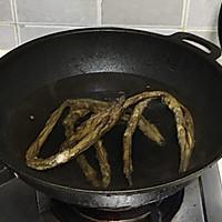 #新春美味菜肴#蒜苔炒腊肥肠的做法图解2