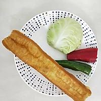#仙女们的私藏鲜法大PK#圆白菜炒油条 鲜香好吃消耗剩油条的做法图解1