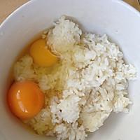 米饭鸡蛋饼(简单美味早餐)的做法图解1