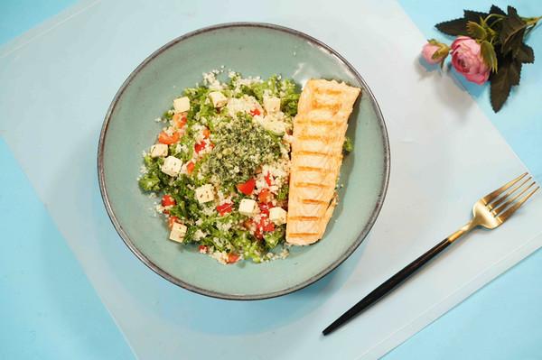 煎三文鱼中东小米沙拉配罗勒酱
