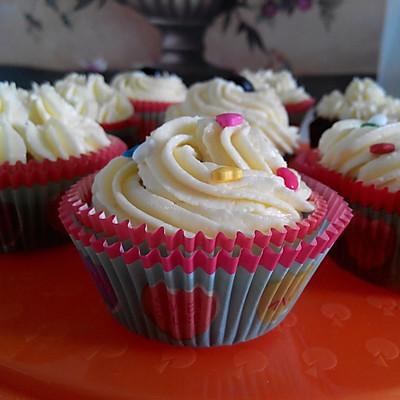【懒人食谱】奶油奶酪霜椰香玛芬(史上最简单的裱花纸杯蛋糕)