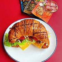 #烤究美味 灵魂就酱#烤肉牛角包三明治