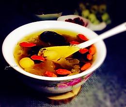 银耳莲子红枣桂圆羹~养颜又美味的做法