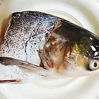 胖头鱼头炖豆腐的做法图解1