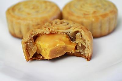 传统风味的广式莲蓉蛋黄月饼