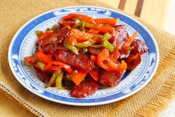双椒炒腊肠的做法