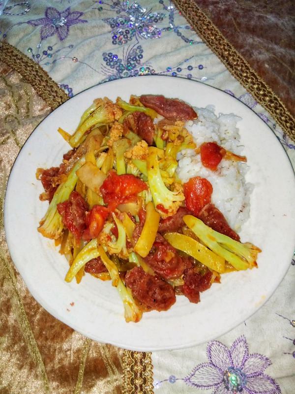 红红火火的一道菜☞番茄腊肠炒花菜的做法
