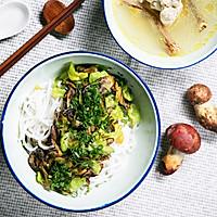 不时不食 | 牛肝菌拌米线配鸡汤吃走感冒