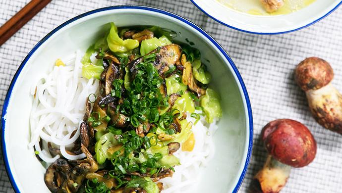 不时不食   牛肝菌拌米线配鸡汤吃走感冒
