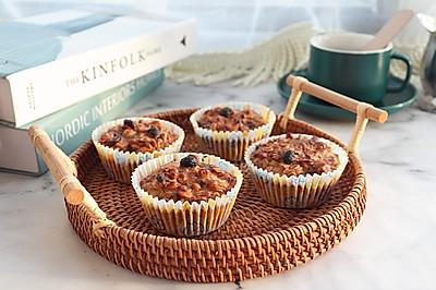 今天的下午茶吃什么呢?草莓燕麦拉丝蛋糕,再来一杯咖啡刚刚好