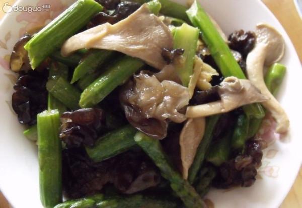 小炒芦笋蘑菇木耳~~-春季美食的做法