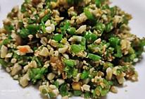 #餐桌上的春日限定快手菜,会冒油的青椒咸鸭蛋的做法