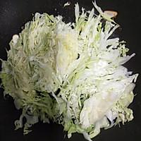 #仙女们的私藏鲜法大PK#圆白菜炒油条 鲜香好吃消耗剩油条的做法图解4