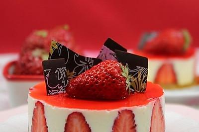 如何在家轻松打造人气西饼店的招牌甜品 --- 香草慕斯草莓巧克力蛋糕