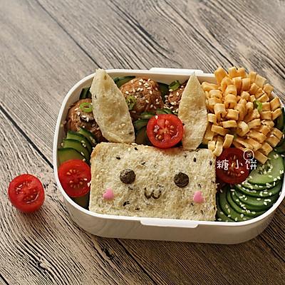 【兔子吐司便当】芝麻吐司、肉酿面筋、煎蛋、黄瓜、番茄入