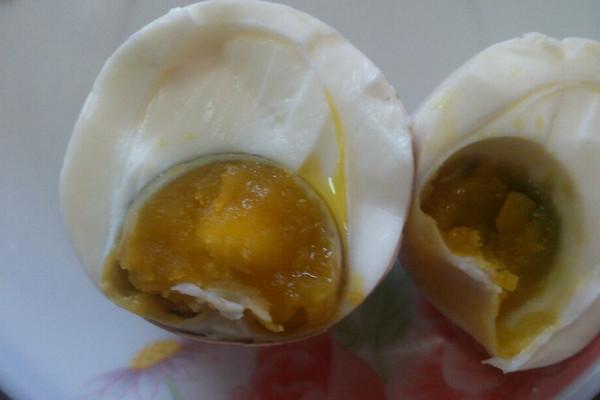 自制流油咸鸡蛋的做法