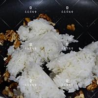 芝麻核桃蚝油炒饭的做法图解3