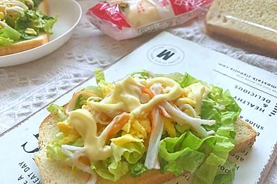 鸡蛋蟹棒生菜三明治