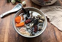 广东老火靓汤之(乌鸡排骨药材汤)的做法