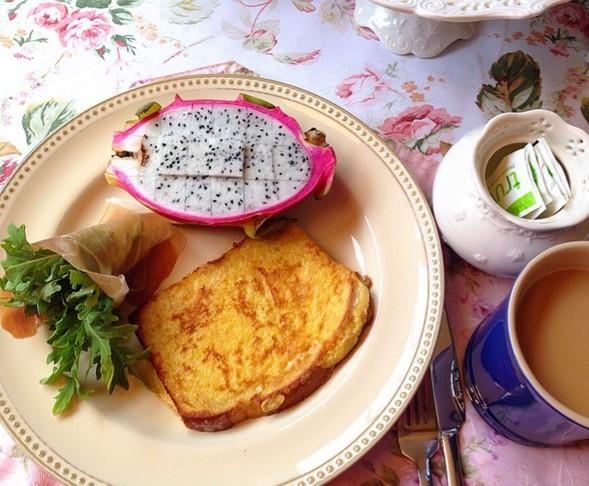 火龙果、火腿卷芝麻菜、西多士、猫屎咖啡