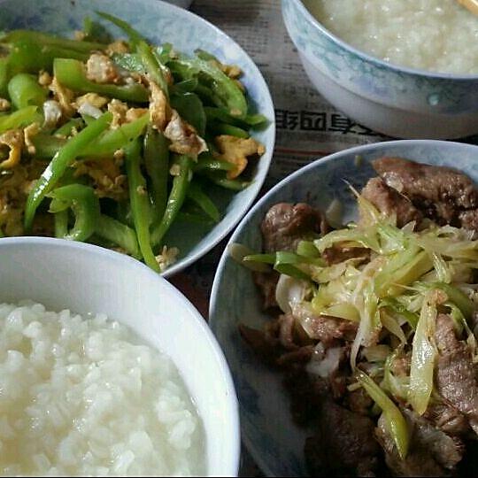 我的早餐  大米饭  青椒炒鸡蛋  葱爆羊肉  的做法