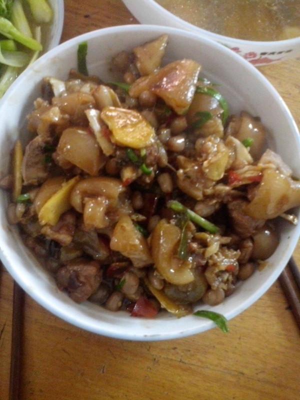 姜葱花生焖猪蹄的做法
