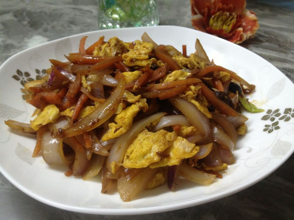 胡萝卜洋葱炒鸡蛋的做法