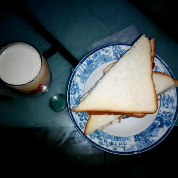 牛奶+三明治的做法