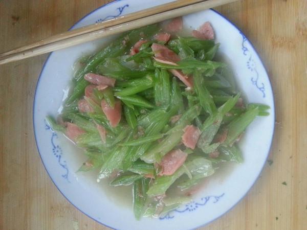 香肠炒芹菜的做法