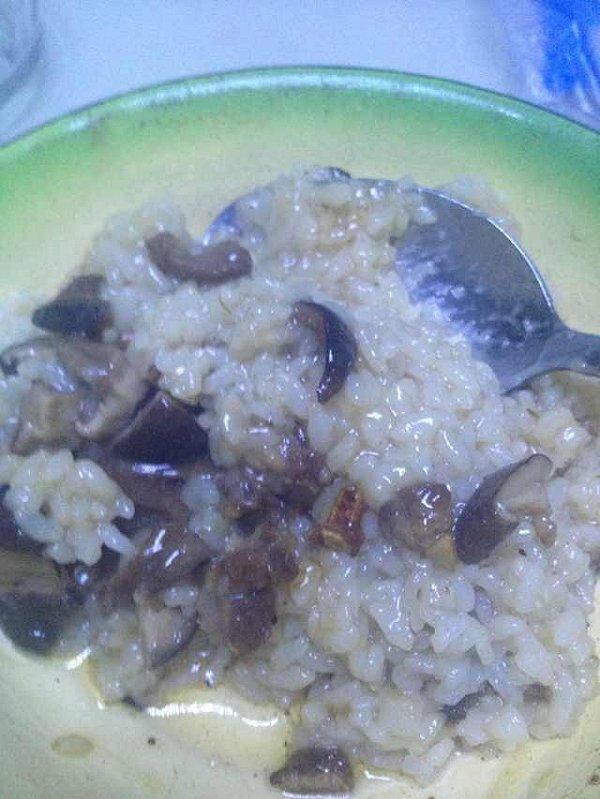【菌菇咸肉饭】偷懒赶时间必备的饭菜一锅端的做法