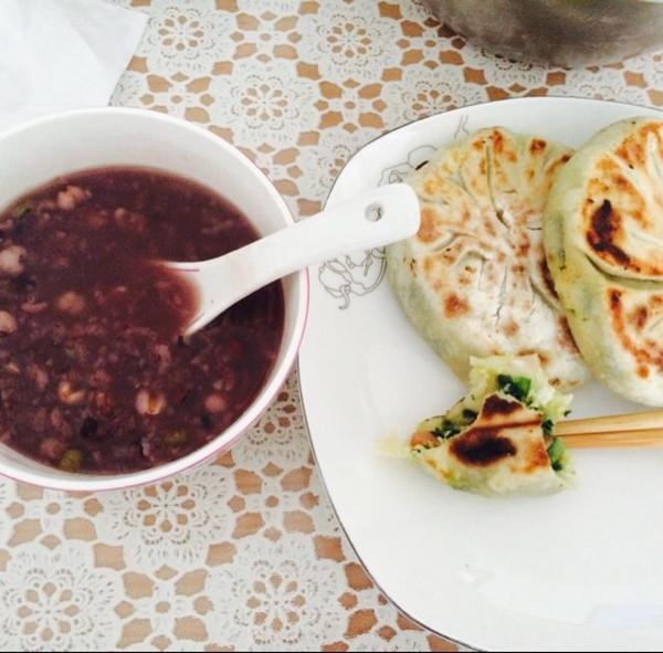 糯米粥+韭菜鸡蛋馅饼的做法