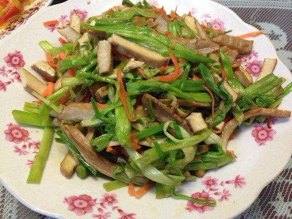 水芹菜炒香干的做法
