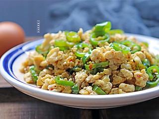 个性胜过姿色的青椒别在做虎皮青椒了,放点肉沫进去,吃一口足以摆平你的胃