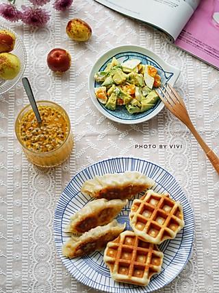 薇·妙滋味的早餐记录~华夫饼+煎饺+牛油果鸡蛋沙拉+百香果蜂蜜水