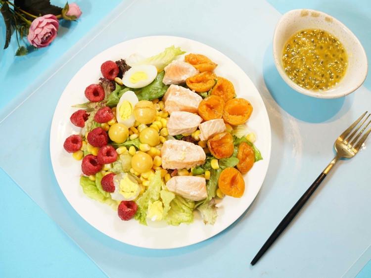 减肥,七分靠吃三分靠运动。今天来一道清新三文鱼沙拉图1