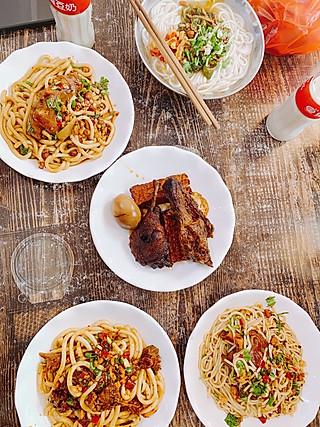 秋食工作室的湘西美食的终极味道:一碗干挑鸭肉粉,一份飘香卤鸭翅