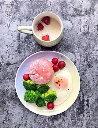 lixika的<topic id='271'>秀早餐</topic>今日早餐:全麦紫薯麻薯火龙果小欧包➕豆奶➕西兰花➕鸡蛋 烤出来之后的颜色比发酵的时候好看多了,红心火龙果的颜值就是高🤗就是最好撒粉的时候一不小心撒多了🙈,割包也不是很熟练,胜在味道不错😁
