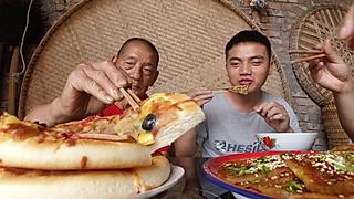渝乡味小哥的试吃国外披萨和国内酱香饼到底有啥不同?爷爷的评价才是大实话