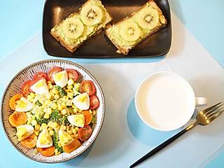 西兰花玉米沙拉配奇异果面包塔