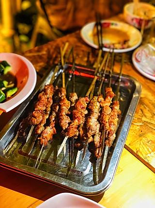 妍维妮私房菜的雨天,我们在帐篷里吃肉串多浪漫