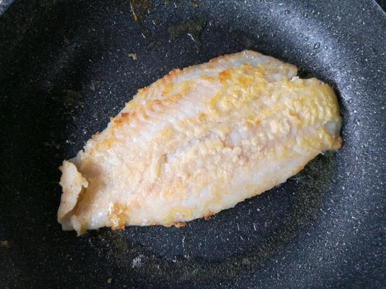 在家也能做烤鱼?不用烤箱,做法简单,鱼肉细嫩,配菜也很入味!【附做菜小贴士】图4