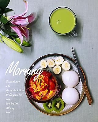 罗勒酱的7.21早安 青汁牛奶+香煎米馒头+蕃茄炒蛋+猕猴桃香蕉