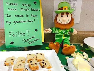 女儿的餐桌的爱尔兰面包,庆祝四叶草节🍀
